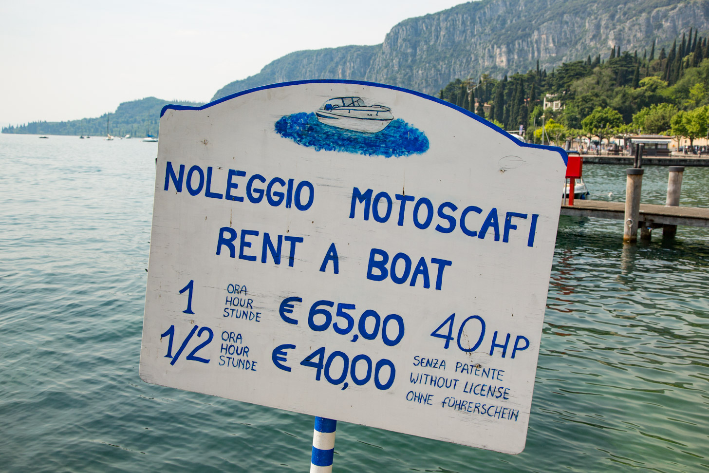 Huur een bootje om het Gardameer op te gaan.