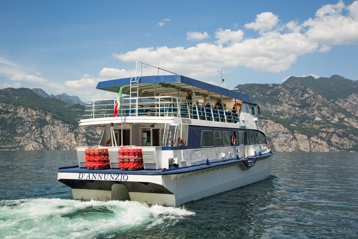 Een veerboot op het Gardameer